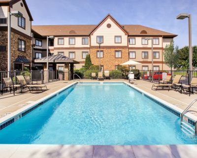 Comfortable Suite in Louisville! Free Breakfast Buffet + Shared Outdoor Pool | Great for Business Travelers! - Middletown