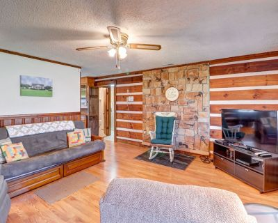Cozy Dog-Friendly Mountain Log Cabin w/Free WiFi, Easy Access & Covered Parking! - Qualla