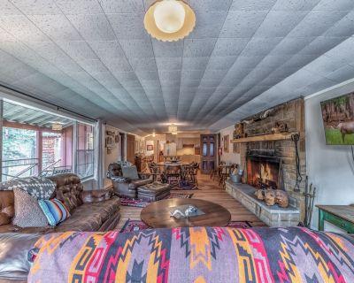Singing Pines Cabin: 3 Bedroom, 2 Bath Vintage Ruidoso Charmer in the Upper Canyon! - Ruidoso