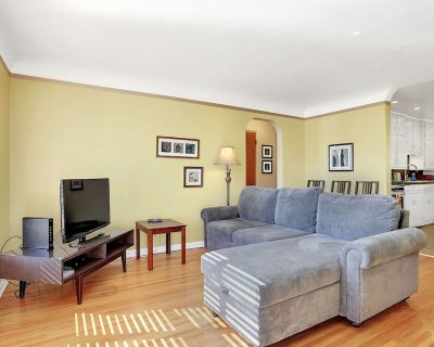 Your home in Nob Hill, Explore Route 66 fun & adventure 2 beds, 1 bath, walkable - Highland Business