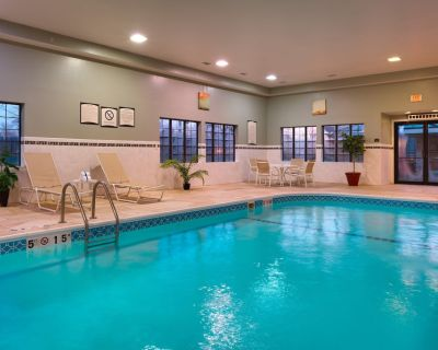 Free Breakfast. Pool & Hot Tub. Near St. Francis Medical Center! Great for Business Travelers! - Peoria