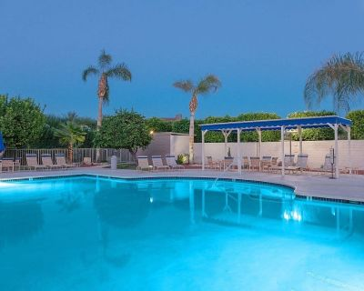 Dog-friendly condo in great central location w/shared outdoor pools & spas! - Downtown Palm Springs