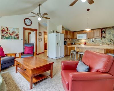 One-block to downtown McMinnville! Contemporary retreat! - McMinnville