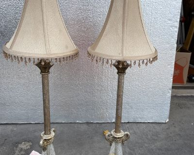 A set of 2 lamps w/shades