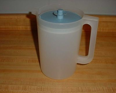 Barely Used Vintage Tupperware Classic Sheer 2 Quart Push-Button Beverage Pitcher. $5