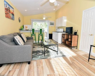 Palms of Sanibel Green Cottage. Historic East End Close to Beach - Sanibel