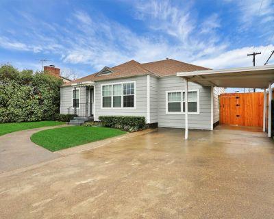Lovely dog-friendly home w/ enclosed yard & carport - great location! - Dallas