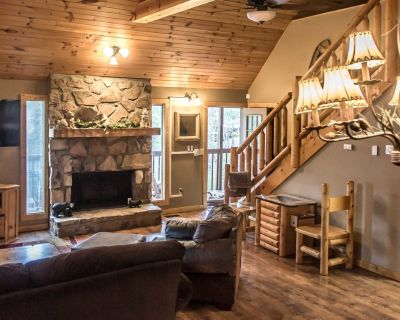 Lovely chalet with hot tub, home theater, and fireplace - Pigeon Forge