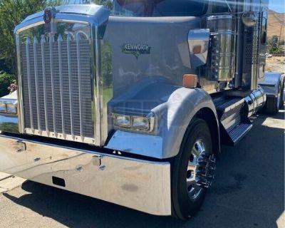 Great-Looking 2019 Kenworth W900L Sleeper Cab Semi Truck