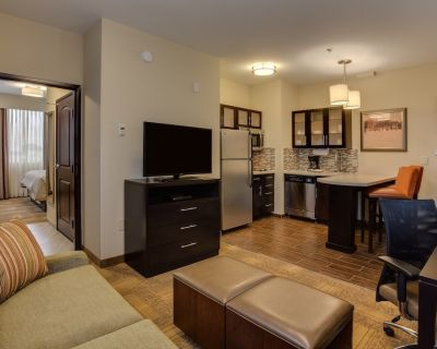 King Suite Near ATL Airport | Free Breakfast, Gym Access, 24h Business Center - East Point