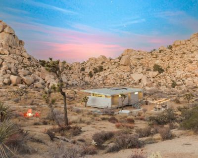 Hi-Desert Fade - New Home Surrounded by Boulders w/ Hot Tub near Pioneertown - Pioneertown