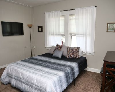 Studio Apartment - 10 Minutes From Downtown - Smart TV - Center Township