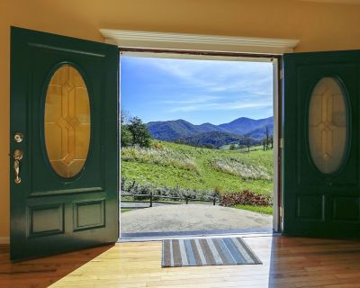 15 MINS TO DOWNTOWN ASHEVILLE- SLEEPS 11-22, GORGEOUS VIEW, JACUZZI, FIREPLACE - Barnardsville