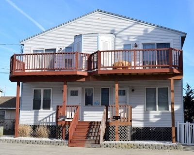 STEPS TO THE BEACH!!!! Washer/dryer, dishwasher, microwave, coffee maker, toaster, and gas grill, DVD Player, Outside Shower. 2 Decks with furniture. Central air, off street parking. - Sea Isle City