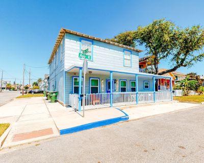 Gorgeous, spacious retreat, w/gas grill & picnic table, 4 blocks from the beach - Galveston