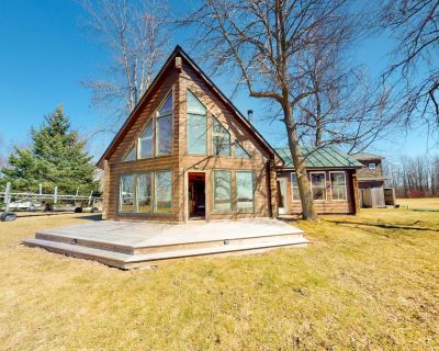 Private Island Getaway W/ Beach Access, Lake Views, Wood Stove & Full Kitchen! - North Hero