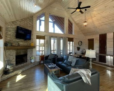 Tranquility Two- The Perfect Family Cabin, Shuffleboard and Ping Pong Table. - Cleveland