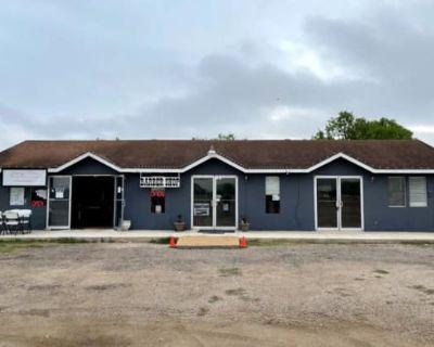 2405 Zanderson Avenue, Jourdanton, TX 78026