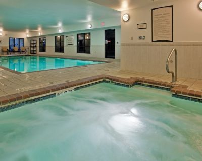 King Suite near the University of Missouri | Fitness Center + Free Daily Breakfast - Columbia