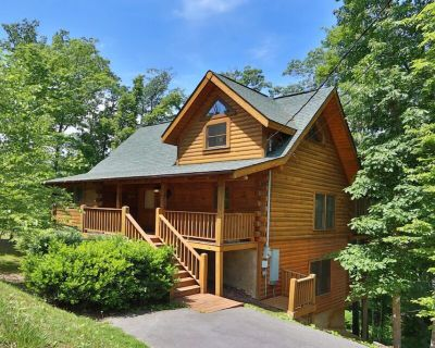 Premier 3-Level Cabin w/ Hot Tub, Pool Table, PlayStation! Free Pool, Putt Putt, Fishing, etc... - Pigeon Forge