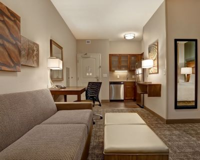 King Suite. Free Breakfast. Pool. Shared BBQ. Gym. Close to Overland Park Convention Center! - Overland Park