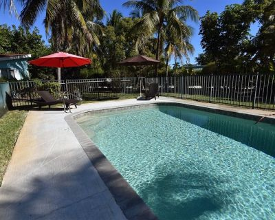 Palms of Sanibel Blue Cottage. Historic East End. Close to the Beach - Sanibel