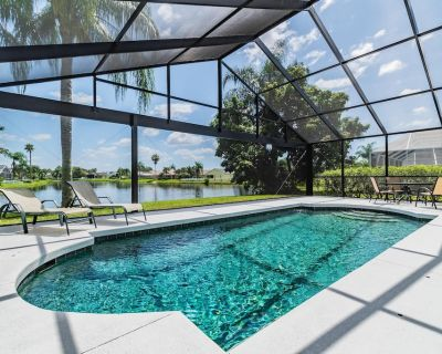 Relaxing 4 bedroom villa with lakeview from the pool - Sabal Harbour