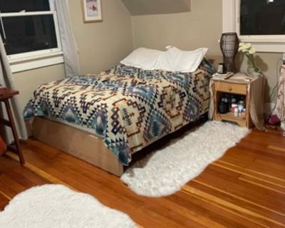 Private room with shared bathroom - Oakland , CA 94611