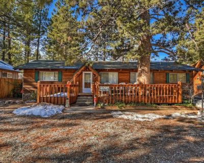 Classic Pet Friendly Cabin with a large deck, hot tub and a short walk to Meadow Park and the Lak... - Big Bear Lake