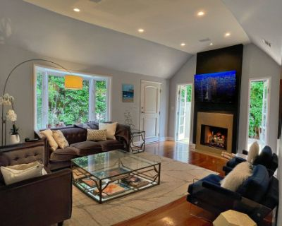 Hedged Home w/ Neutral Backdrops and Natural light, Los Angeles, CA