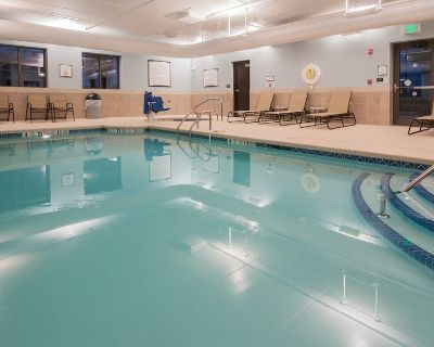 King Suite | Free Daily Breakfast. Pool, Hot Tub & Gym Access. - Amherst
