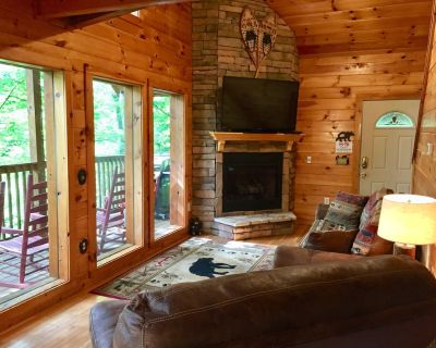 Scenic & Secluded 2 BR/2 Bath Cabin, Hot Tub, Pool Table, 5 minutes from Parkway - Pigeon Forge