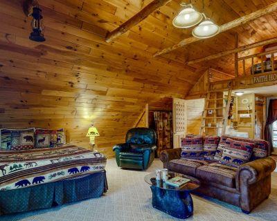 Cozy Log Cabin Studio w/ Free WiFi, a Gas Fireplace, Kitchenette, & Patio - Fryeburg