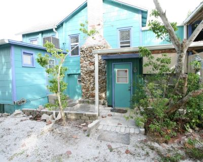 Sugar Shack Studio - Rustic Private Studio w/ King Bed + Oceanside View - Mid Island