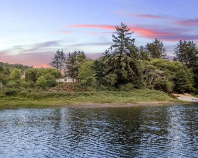 Lake House With Private Sandy Beach, Single Level Open Floor Plan, Bbq, Fire-pit, One Mile to Ocean - Pacific City