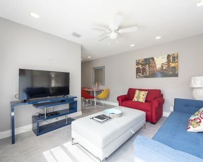 CHARMING HOLLYWOOD RETREAT... 1 BEDROOM 2 BATHROOMS APARTMENT.PRIVATE BACK YARD. - Hollywood Lakes