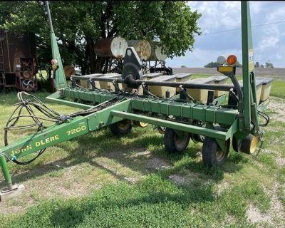 John Deere MaxEmerge 2 7200 series six row planter