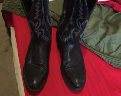 Black pointed toes Laredo's cowboy boots