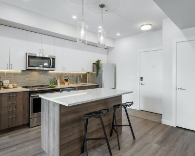 Royal Suite w/ King Bed, Heated Parking - Southwest Calgary