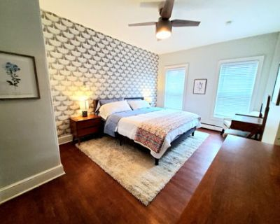 Stunning apt w king sized bed 9ft ceilings