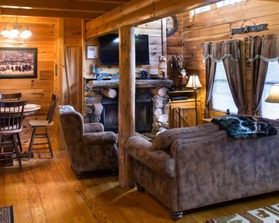 Lovely cabin near Pigeon Forge with fireplace, hot tub, and pool access - Pigeon Forge