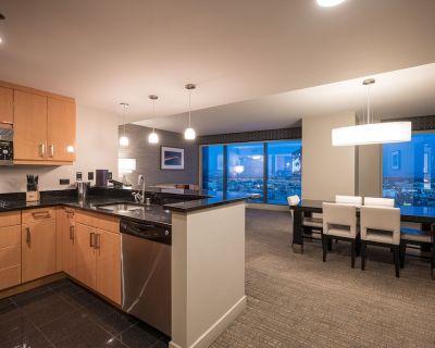 Jacuzzi 4 Bedroom Suite (Sleeps 14) with Projection Screen TV in Center Strip - Las Vegas Strip