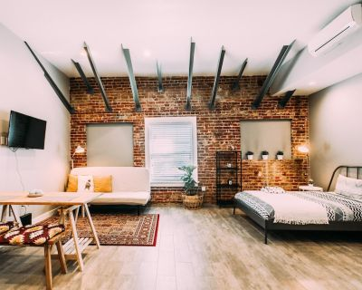 LARGE EXPOSED BRICK APARTMENT - Hollywood