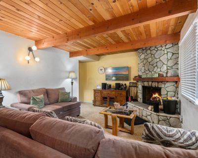 The Bear's Cabin - FREE Kayak/Bike Rental! 2BR/2BA/WiFi/Fireplace/Fenced Yard - Moonridge