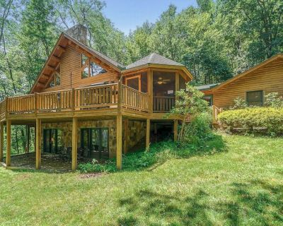 Lake Access Log Chalet w/Hot Tub, Fire Pit, & Gas Grill! - Paradise Point