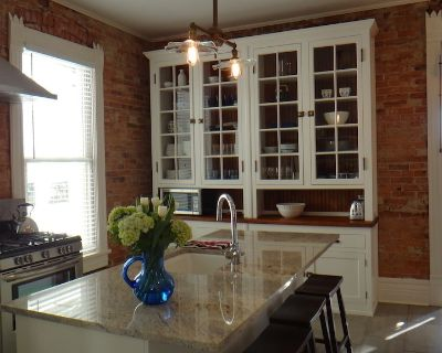 BEST DOWNTOWN LOCATION Beautiful Newly Restored Victorian COMFORT AND STYLE - Fort Wood