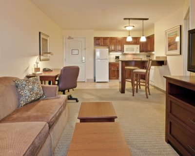 King Suite | Free Breakfast, Pool Access + Business Center On-Site - Hamilton County