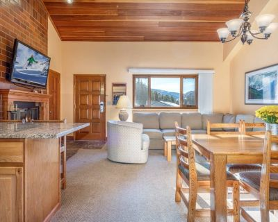 2 Story Lofted Condo in Vail Sleeps 10! Shuttle Service, Grill, Heated Pool, Free Parking! - West Vail