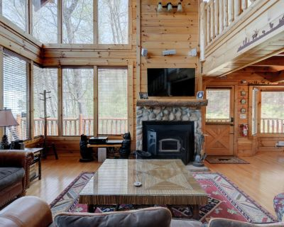 Spacious cabin with sensational views, hot tub, pool table, WIFI, and pool access - Pigeon Forge