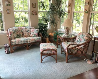 BEAUTIFUL FLORAL WICKER / RATTAN SET - LOVESEAT, CHAIR, OTTOMAN & END TABLE